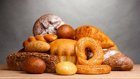 delicioso pan en la mesa de madera sobre fondo gris