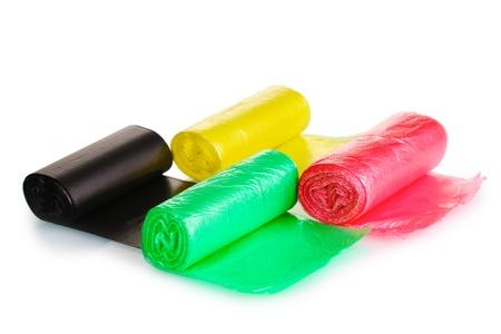 envases plasticos: Rollos de bolsas de basura aislados en blanco