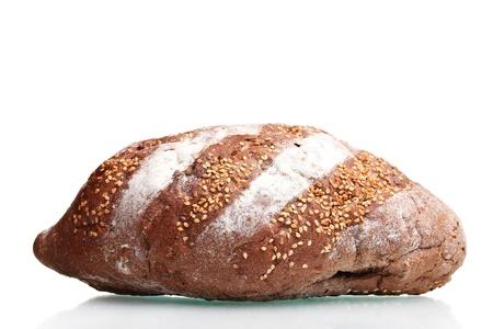 délicieux pain de seigle avec des graines de SESAM isolé sur blanc