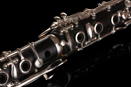clarinete: de cerca los detalles de clarinete en el fondo negro