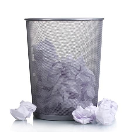 Kosz metalowy z papieru na białym photo