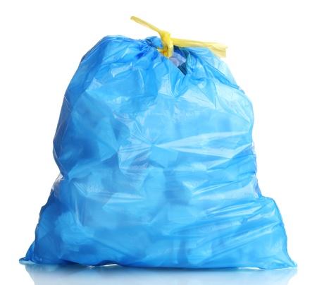 �garbage: bolsa de basura azul con basura aislado en blanco Foto de archivo