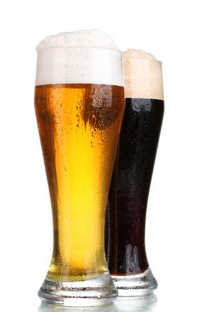 botellas de cerveza: cerveza negro y dorado en vasos aislados en blanco Foto de archivo