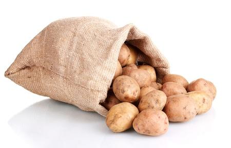 картофель: свежий картофель в мешке, изолированные на белом