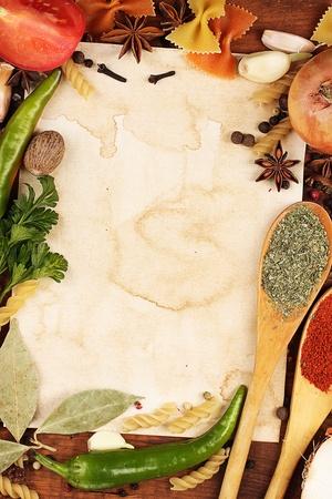 meny: gammalt papper för recept och kryddor på träbord