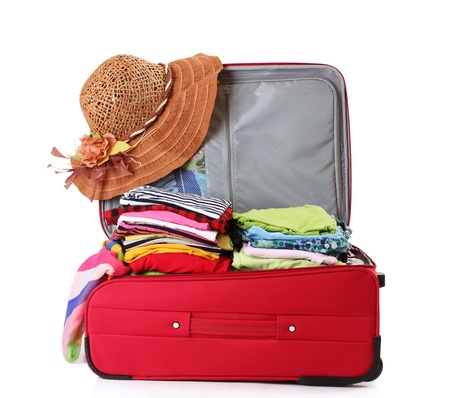 maletas de viaje: Abra la maleta con la ropa de color rojo aislado en blanco