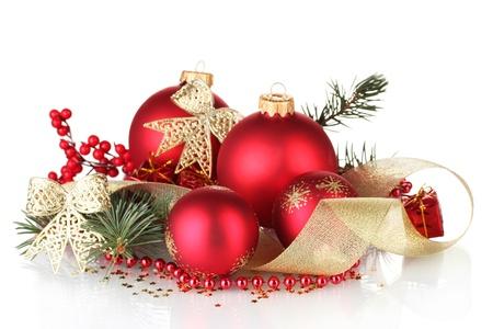 Vánoční koule a zelený strom na bílém pozadí