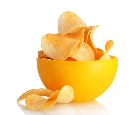 chip: Deliciosos chips de papas en un recipiente aislado en blanco Foto de archivo
