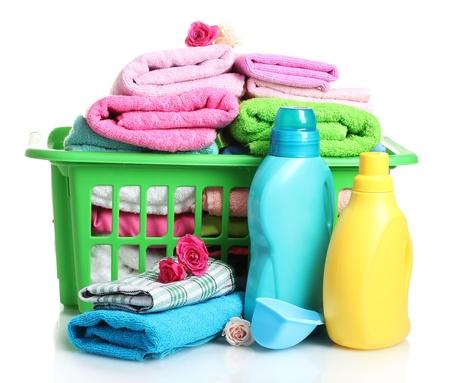 prádlo: Prací prostředky a ručníky v zeleném plastovém koši izolovaných na bílém