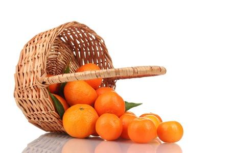 canasta de frutas: mandarinas con hojas en una hermosa canasta aislado en blanco Foto de archivo