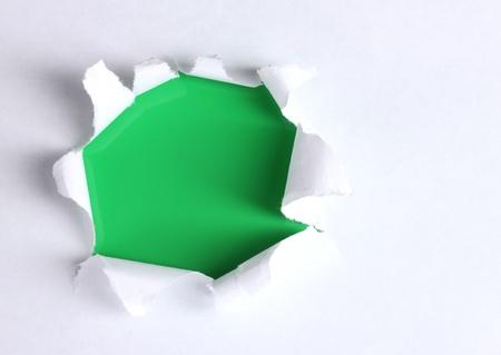 pared rota: El papel roto con el fondo verde