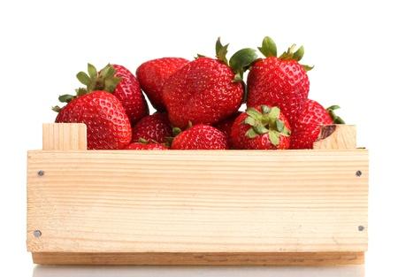 frutillas: Fresas en caja de madera aislado en blanco Foto de archivo