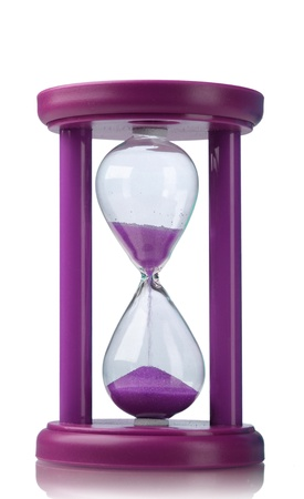reloj de arena: Reloj de arena p�rpura aislado en blanco Foto de archivo