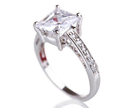 ring engagement: hermoso anillo con gema aislado en blanco Foto de archivo