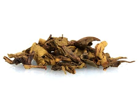 hojas secas: Pila de t� seco arom�tica de hojas verdes aisladas en blanco Foto de archivo