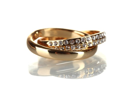 anillo de boda: Anillo de oro aislado en blanco