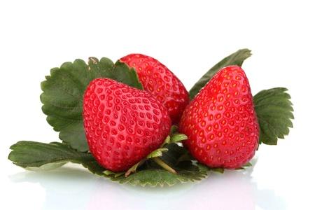 dulces fresas con hojas aisladas en blanco Foto de archivo - 12021650