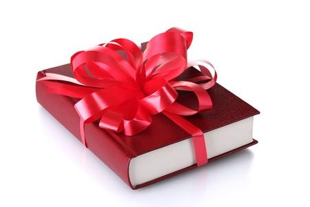 dar un regalo: Libro rojo de regalo aislados en blanco
