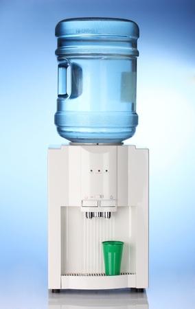 purified: Enfriador de agua el�ctrico sobre fondo azul Foto de archivo