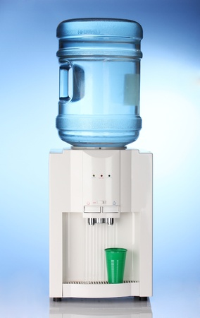 dispensador: Enfriador de agua el�ctrico sobre fondo azul Foto de archivo