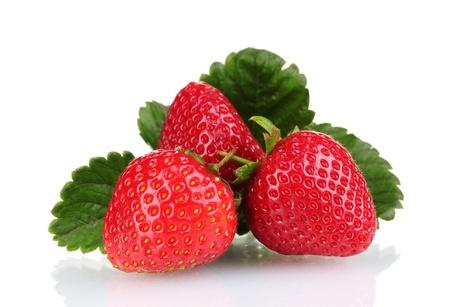 frutillas: dulces fresas con hojas aisladas en blanco Foto de archivo