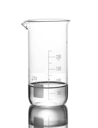 vaso de precipitado: Medici�n de vaso con agua y la reflexi�n aislada en blanco Foto de archivo