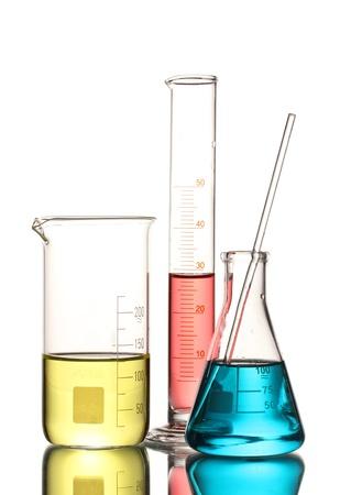 laboratorio clinico: Tres frascos con l�quido de color y con la reflexi�n aislada en blanco