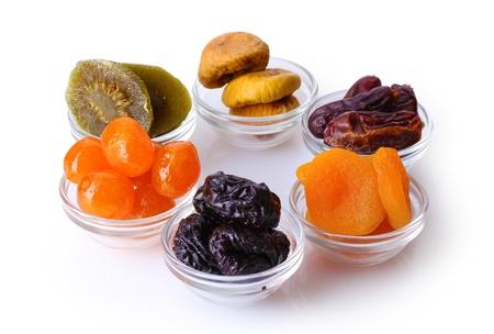 frutas deshidratadas: Los frutos secos en recipientes aislados en blanco Foto de archivo