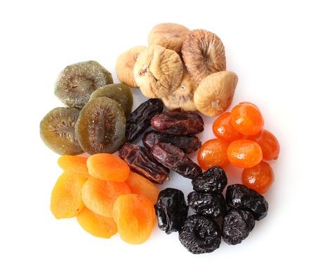 dattes: Les fruits secs isol�s sur fond blanc