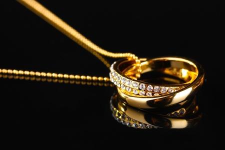 Colgante en forma de anillos con gemas sobre negro