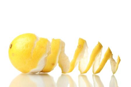 잘 익은 레몬에 격리 된 화이트
