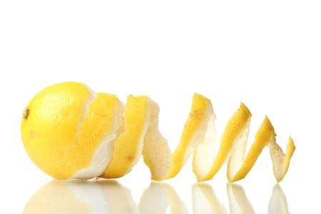 rijpe citroen op wit wordt geïsoleerd