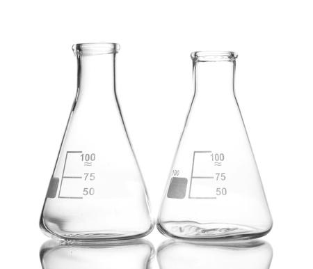 laboratorio clinico: Dos frascos vac�os con la reflexi�n aislada en blanco