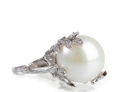 perlas: hermoso anillo con una perla aislada en blanco