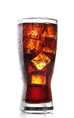 colas: Bicchiere di cola con ghiaccio isolato su bianco Archivio Fotografico