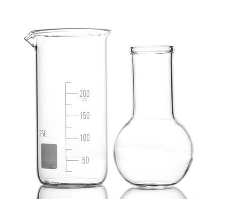 drug discovery: Fiasco vuoto e beacker con la riflessione isolato su bianco