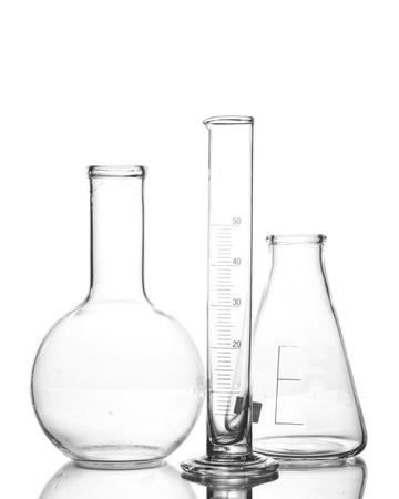 probeta: Tres artículos de vidrio de laboratorio vacío con la reflexión aislada en blanco Foto de archivo