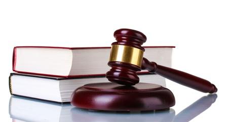 ley: mazo de madera y los libros aislado en blanco