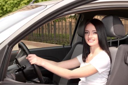 aandrijvingen: jonge brunette vrouw in de nieuwe auto