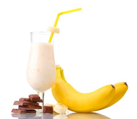 licuado de platano: La leche cóctel con plátano y chocolate aislados en blanco