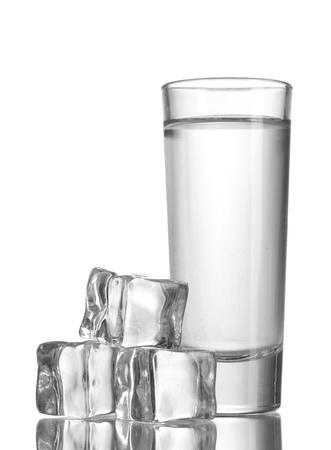verre de vodka avec de la glace isolaled sur blanc