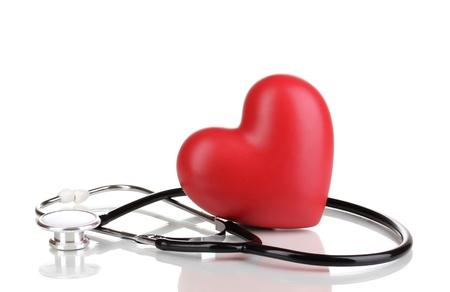 estetoscopio corazon: Médico estetoscopio y el corazón aislado en blanco