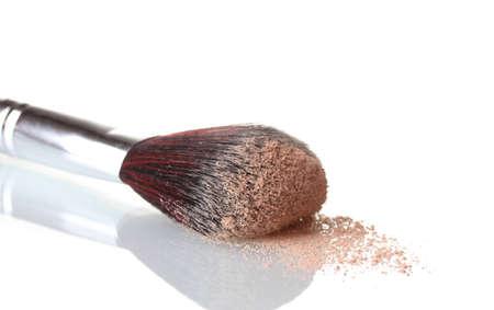 productos de belleza: cepillo cosm?tico y polvo aislado en blanco