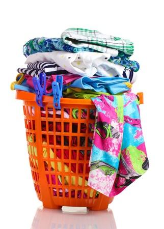 tela algodon: La ropa en la cesta de pl�stico de color naranja aislado en blanco