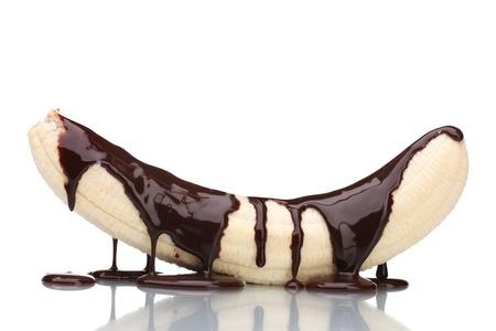 jarabe: Pl�tano con chocolate l�quido derramado aislado en blanco Foto de archivo