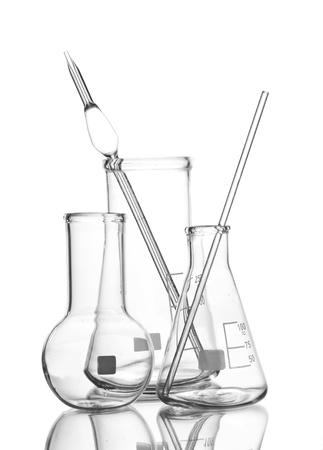 material de vidrio: Tres art�culos de vidrio de laboratorio vac�o con la reflexi�n aislada en blanco Foto de archivo