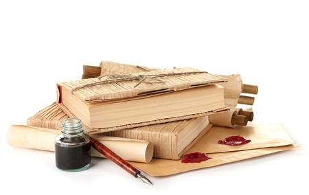 pluma y papel: libros antiguos, de la pluma de tinta y una botella de tinta aislados en blanco Foto de archivo