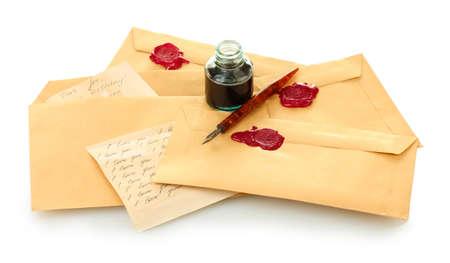 lettere penna, calamaio e vecchio isolato su bianco