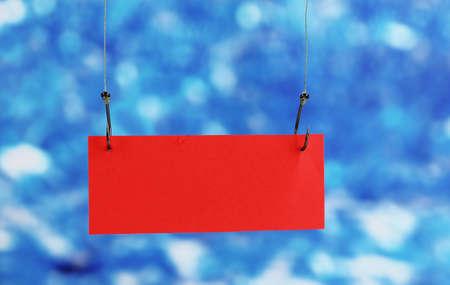 Leeg Vel Van Een Paper Over Vis Haken Op Wit Wordt Geïsoleerd