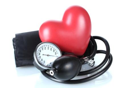 ipertensione: Tonometro nero e il cuore isolato su bianco